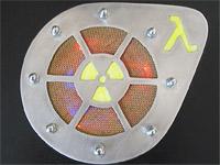 Гриль сверху на моем компьютере; знак радиоактивности и лямбда светятся в УФ