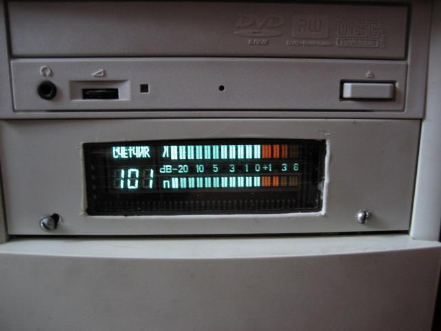 17.04.2007. Увидел в магазине плату с индикатором от старого магнитофона, решил поместить в отсек 5'25...